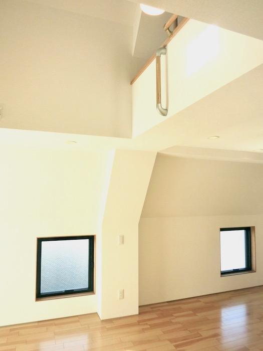 AZUR JOSAI 5B 低い位置にある窓がお洒落です。25