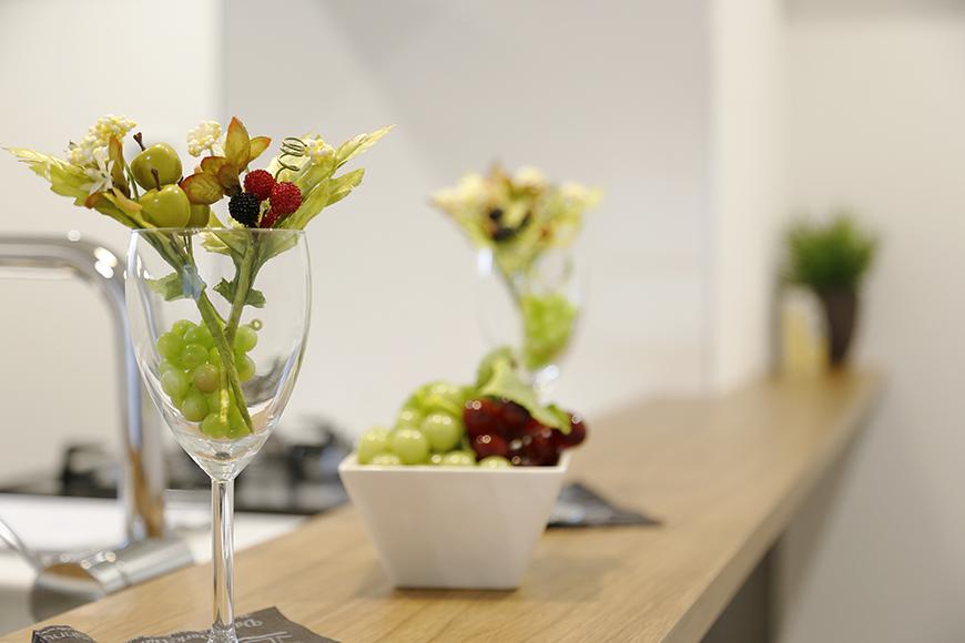 【メゾン千種】キッチン_カウンタにお花を置いて_MG_4316