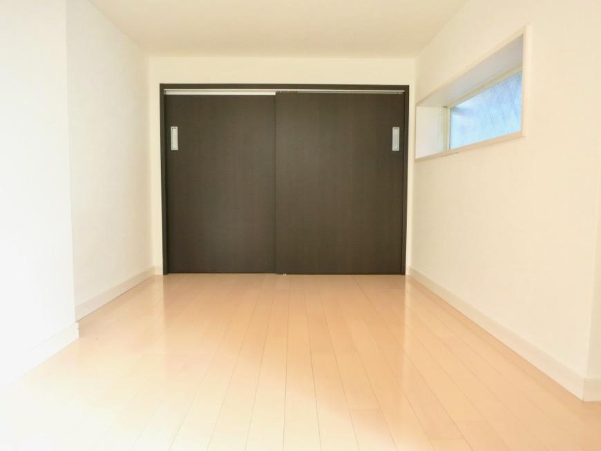 White Hills West 101号室 2.7帖のアンダーロフト。窓もついています。1