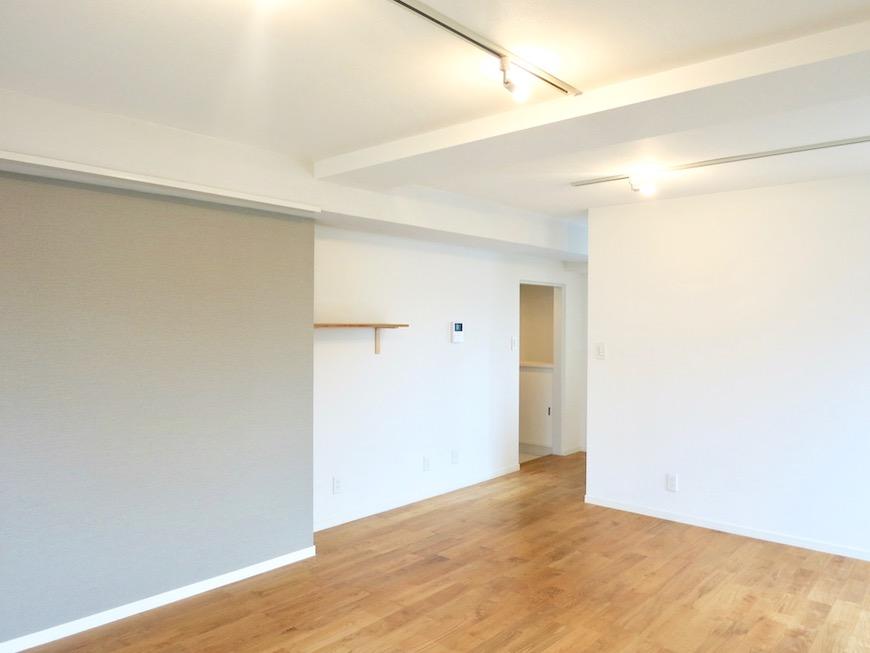 TOMOS Imaike (ナゴヤマンション今池)7B 無垢の床とホワイトの壁がシンプルで素敵。カーキグレーのアクセントクロスもいい雰囲気に。1