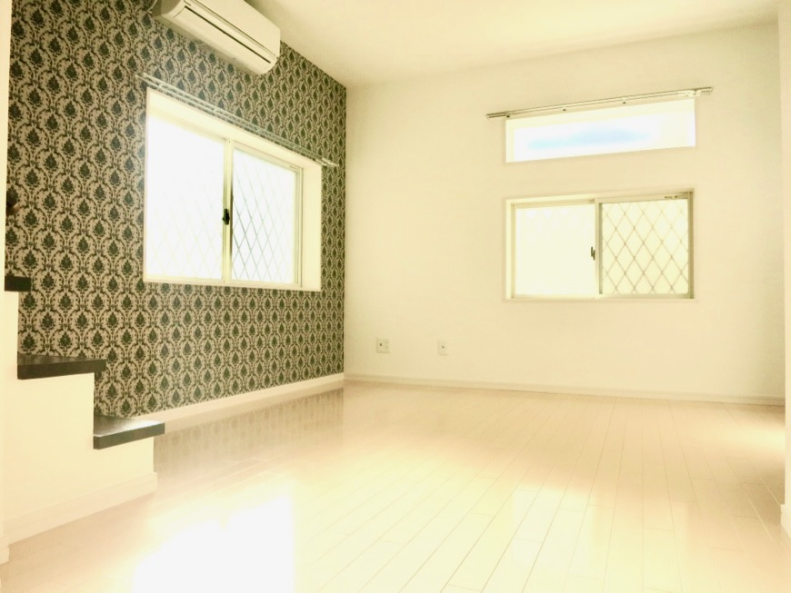 White Hills West 101号室 11.1帖のLDKスペース。階段や2階の赤い手すりが可愛い。1
