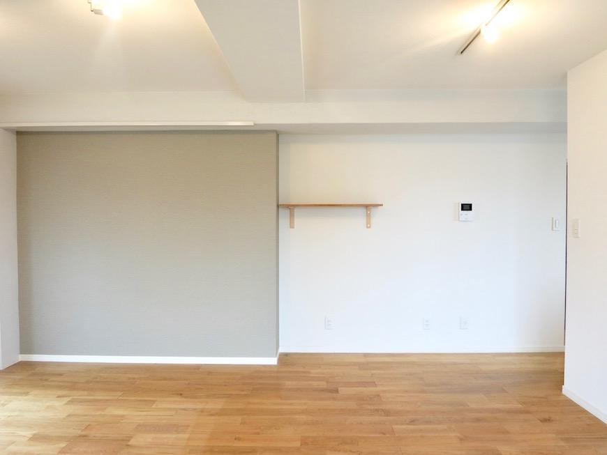 TOMOS Imaike (ナゴヤマンション今池)7B 無垢の床が広がるTOMOSのお部屋。コントラストがいい感じ。7