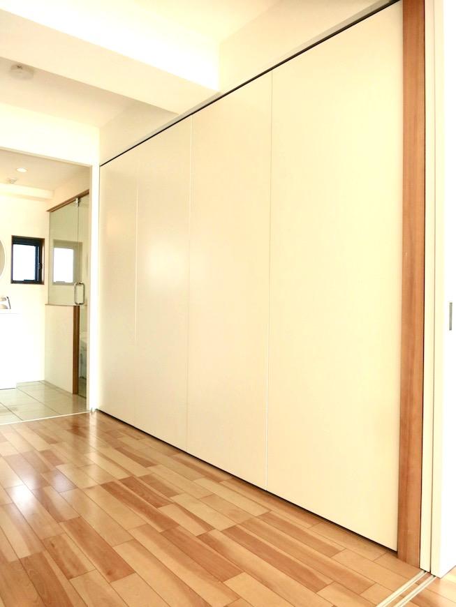AJUR JOSAI 4A キッチンスペース前に吊り扉・隠せるキッチンです。3