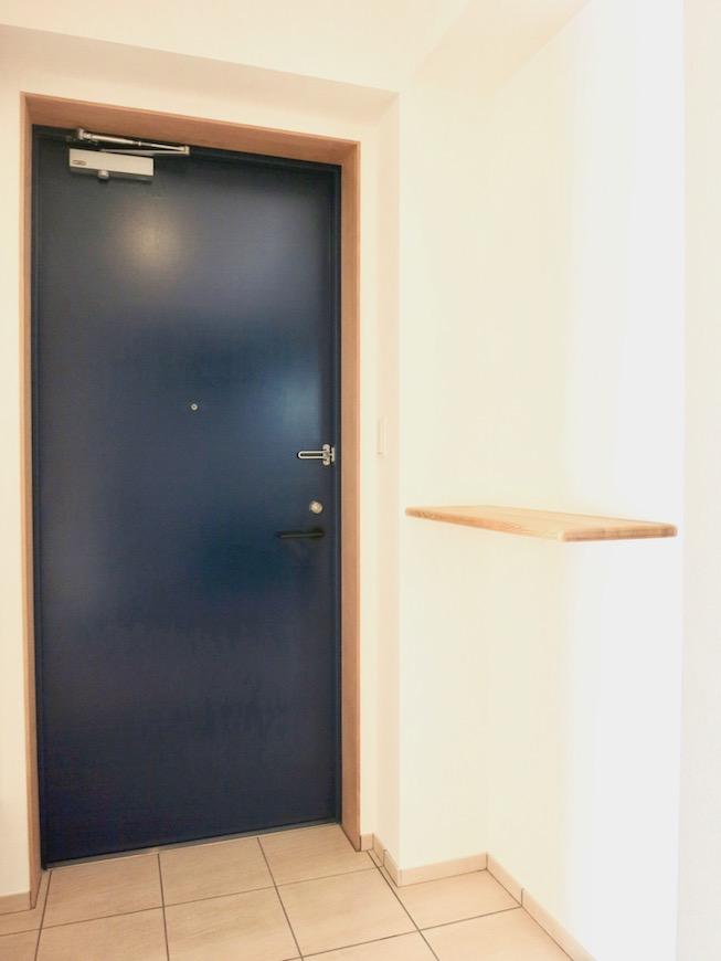 AJUR JOSAI 4A 玄関 天空を思わせるダークブルーの玄関扉。3