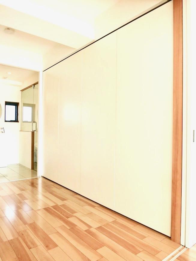 AJUR JOSAI 4A キッチンスペース前に吊り扉・隠せるキッチンです。3 2