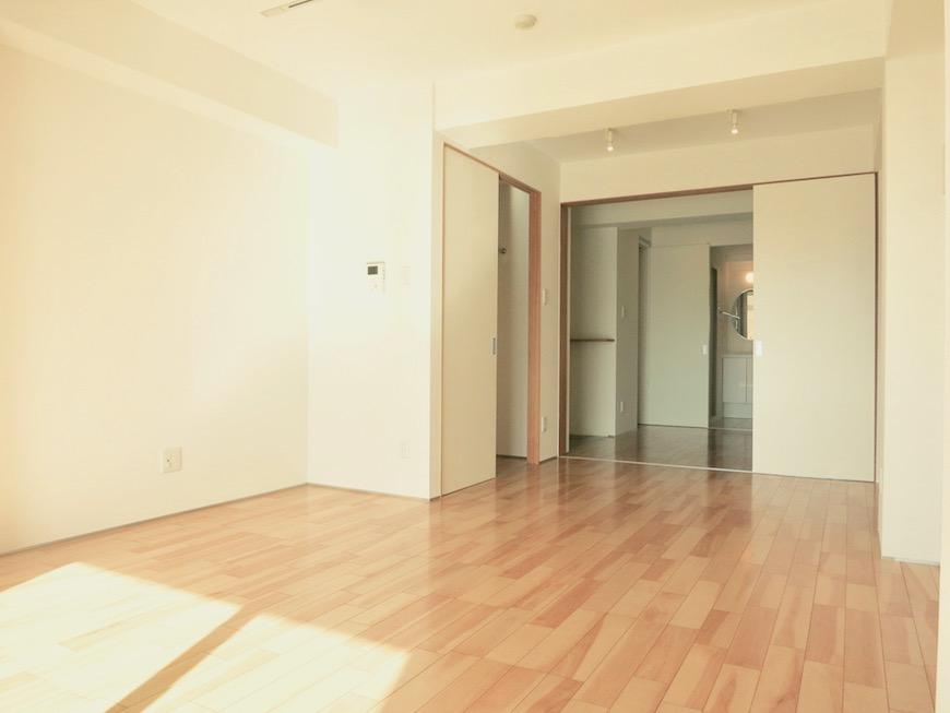 AJUR JOSAI 4A 8.9帖の洋室は明るくてスマートです。2