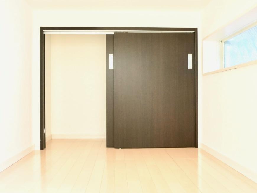 White Hills West 101号室 2.7帖のアンダーロフト。窓もついています。2