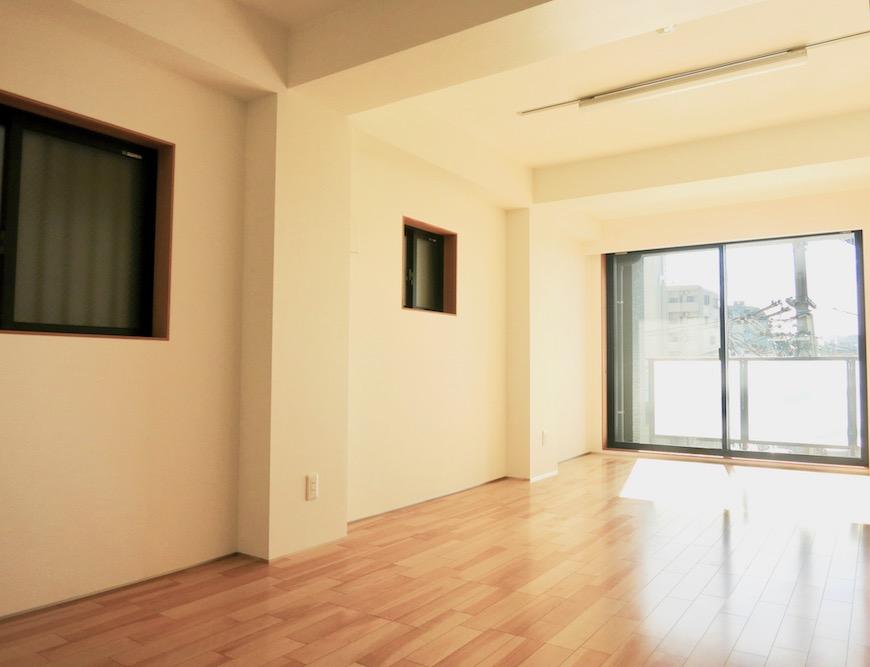 AJUR JOSAI 4A 8.9帖の洋室は明るくてスマートです。1