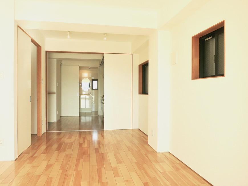 AJUR JOSAI 4A 8.9帖の洋室。明るくてスマートな空間です。0