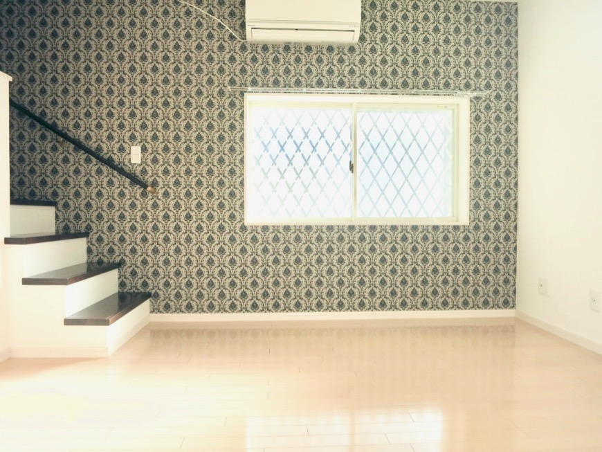 White Hills West 101号室 11.1帖のLDKスペース。階段や2階の赤い手すりが可愛い。0