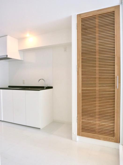 FLATS GAZERY 608号室  木製の扉が柔らかさをプラス。洗濯機置場。0
