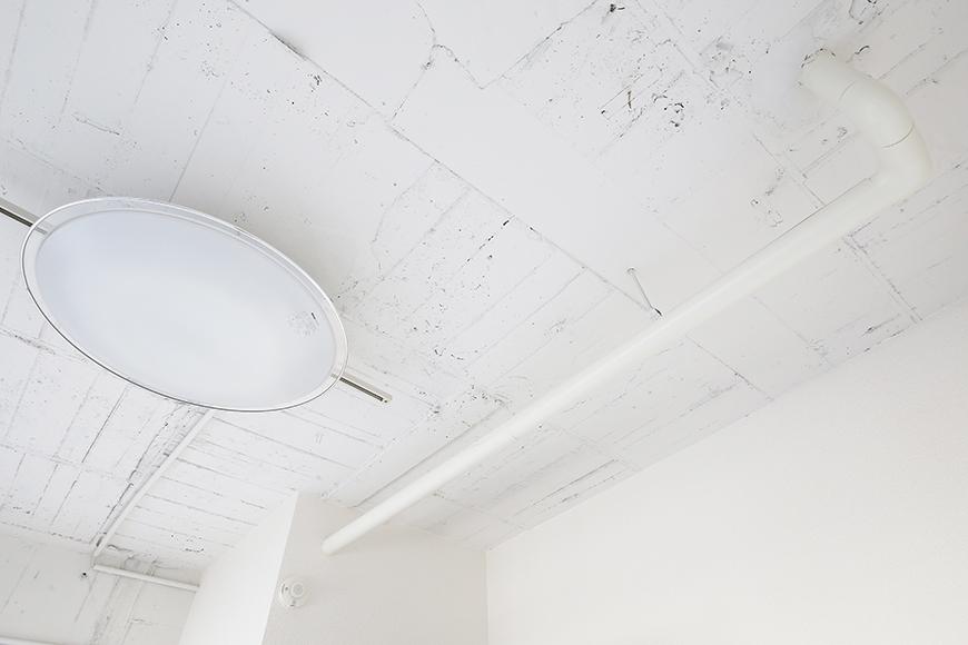 【MIYAKODORI bldg】洋室_天井の配管もアクセントの一つ!_MG_3792