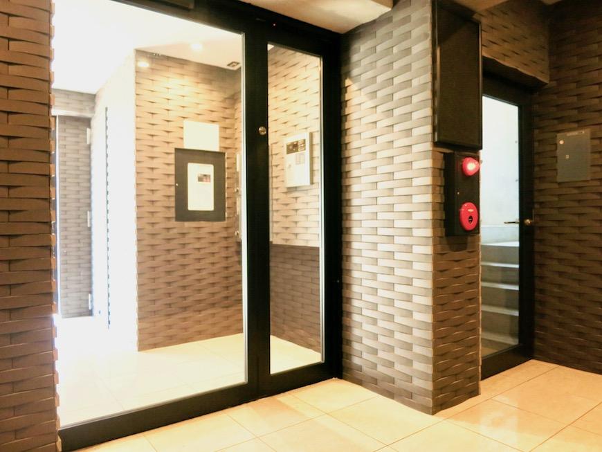 AJUR JOSAI 4A 外観・1階エントランス。タイルはりのデザインウォールがシックで素敵です。2