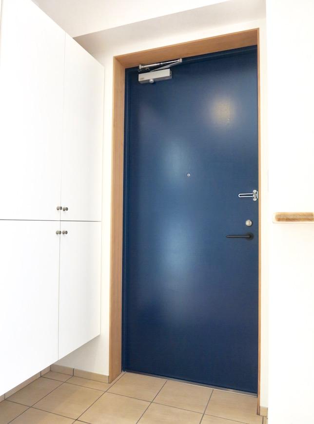 AJUR JOSAI 4A 玄関 天空を思わせるダークブルーの玄関扉。0