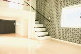 White Hills West 101号室 11.1帖のLDKスペース。階段や2階の赤い手すりが可愛い。4