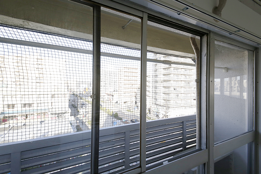 【MIYAKODORI bldg】LDK_ベランダ_足もとにある室外機で出られないので窓から直接干します_MG_3731