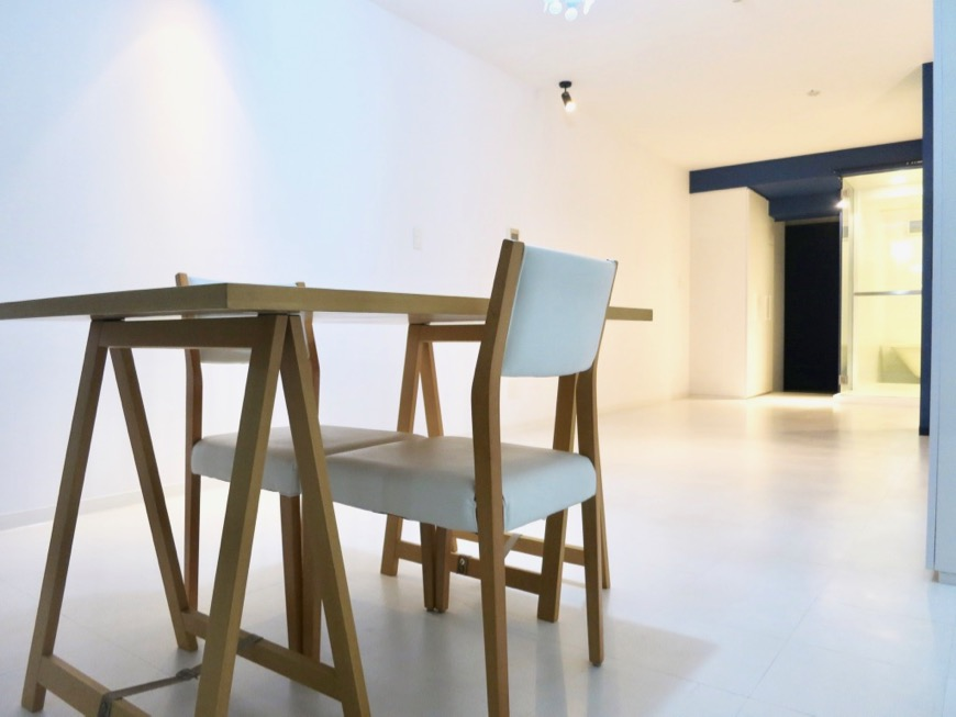 FLATS GAZERY 409号室。「青」と「白」が創り出す美しい空間。0