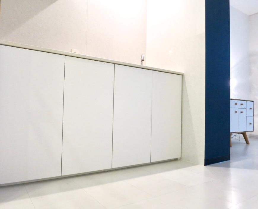 FLATS GAZERY  409号室。ホワイト&グランブルーの鮮やかなキッチンスペース。2