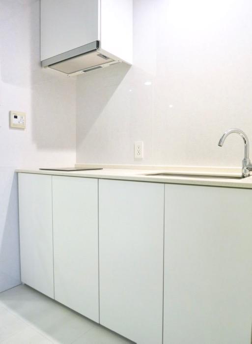 FLATS GAZERY  409号室。ホワイト&ディープブルーの鮮やかなキッチンスペース。5