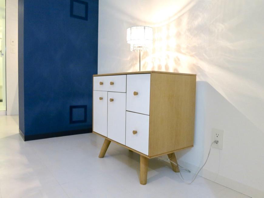 FLATS GAZERY  409号室。光がきれいなお部屋にはデザイン性の高いチェストを。2