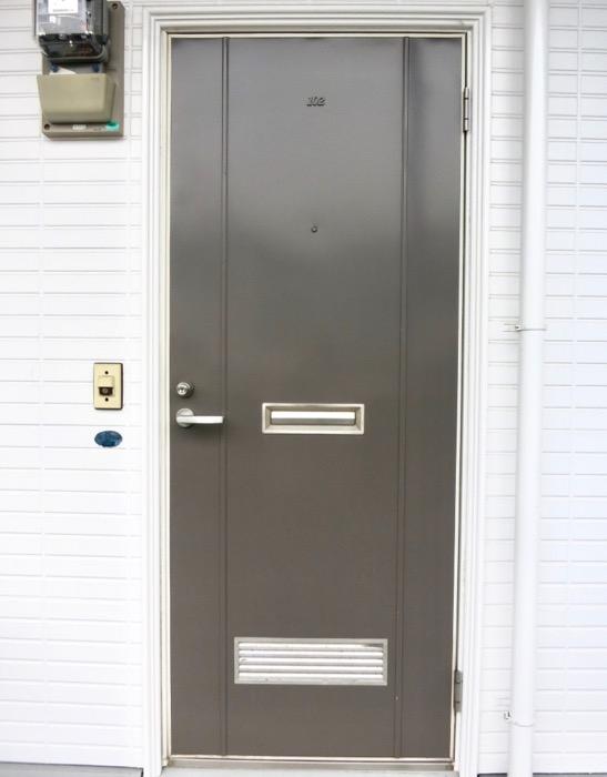 WING COURT 外観 チョコレートのパッケージのようなWING COURTの扉 102号室 1