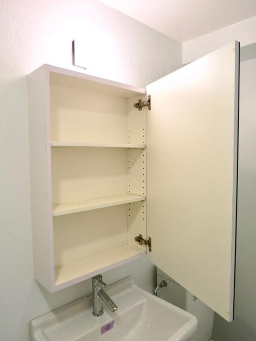 FLATS GAZERY  409号室。ホワイトで統一されたバスルーム。5