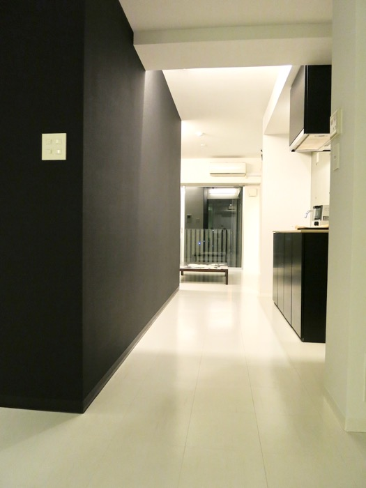 FLATS GAZERY 603号室  クールな黒が広がるキッチンスペース。