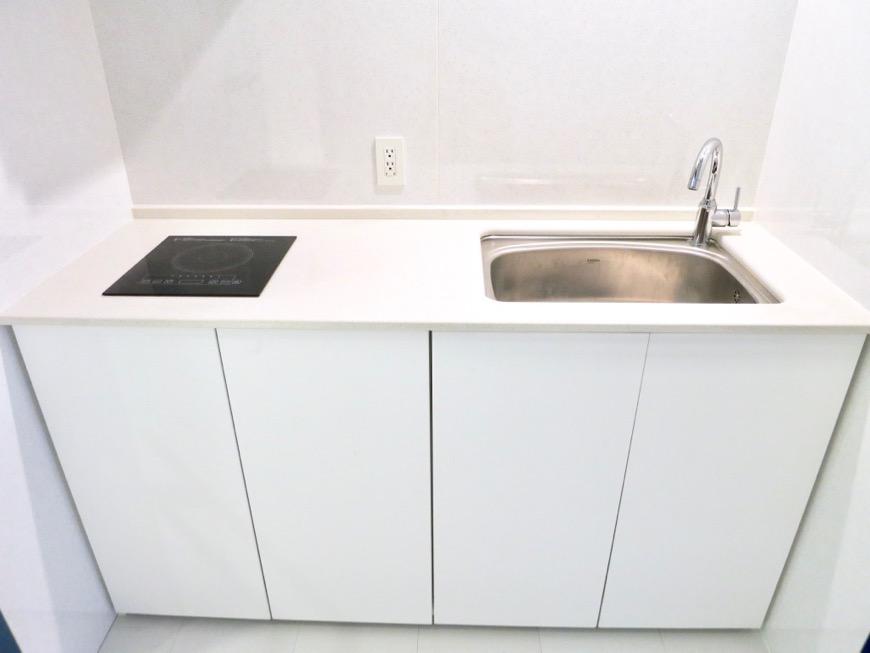 FLATS GAZERY  409号室。ホワイト&ディープブルーの鮮やかなキッチンスペース。0