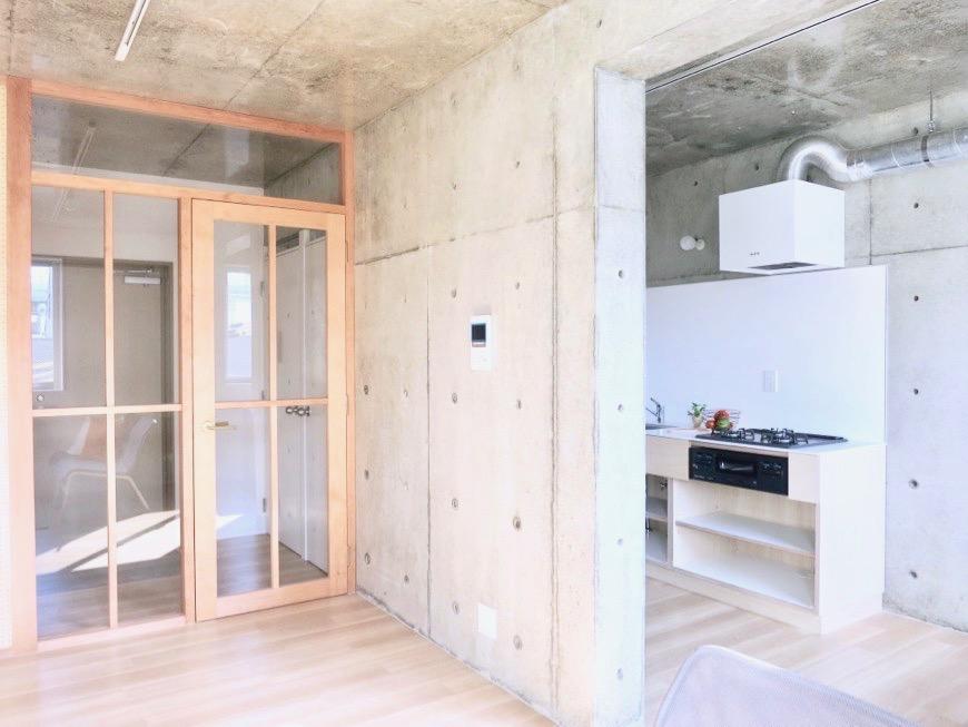 白壁ふたば荘 Ctype G号室 木目とコンクリートのコントラストが素敵なお部屋。