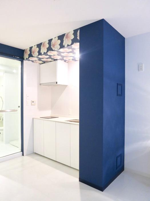 FLATS GAZERY  409号室。キッチンを縁取るきれいなグランブルー0