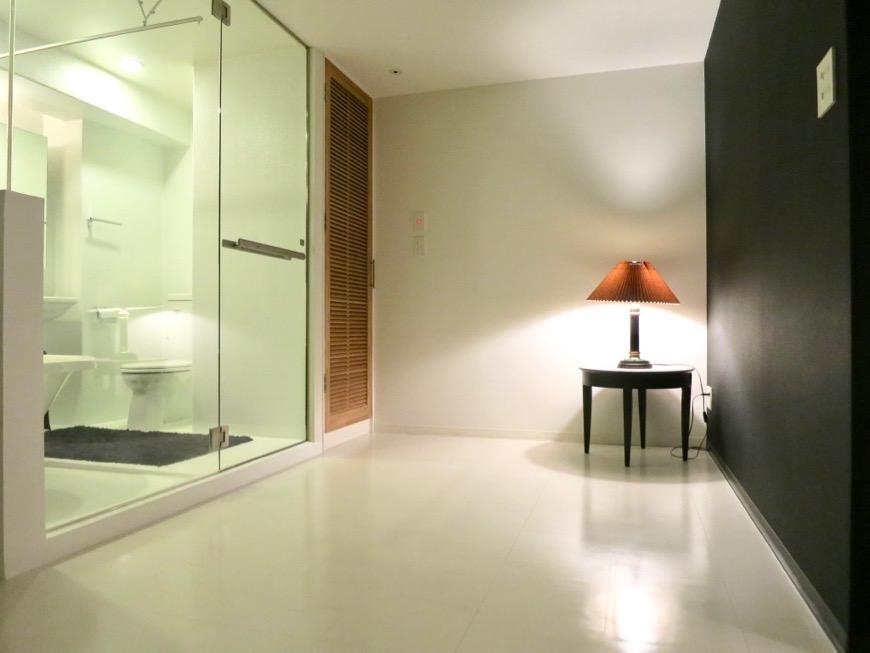 FLATS GAZERY 603号室  バスルームとキングサイズのベットが置ける空間。どこを見ても美しい空間です。16