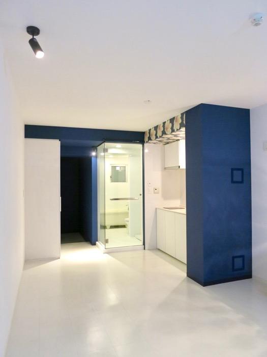 FLATS GAZERY  409号室。玄関からキッチンへとつながる美しいグランルー。1