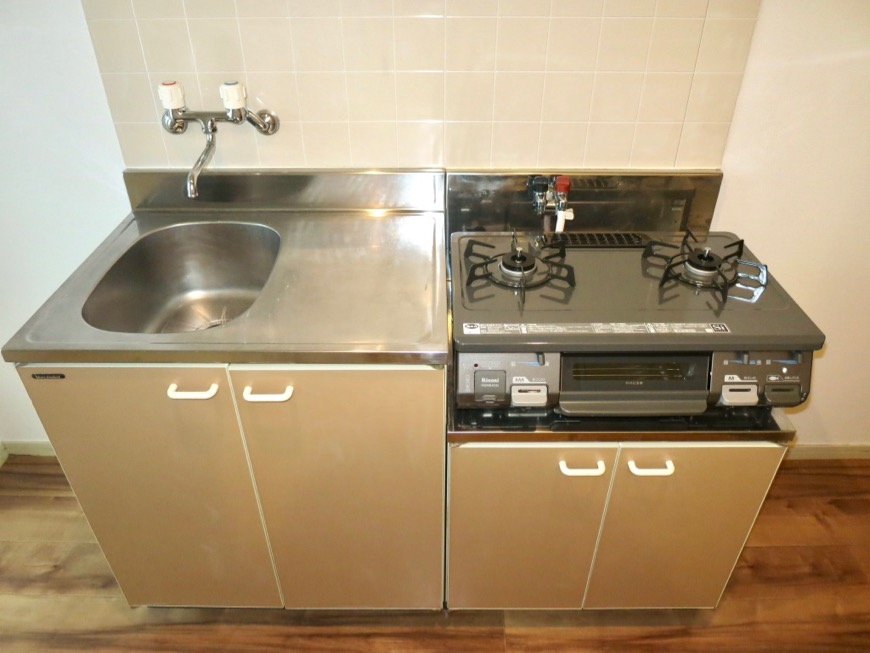WING COURT 105号室  キッチン台もチョコレート色。0