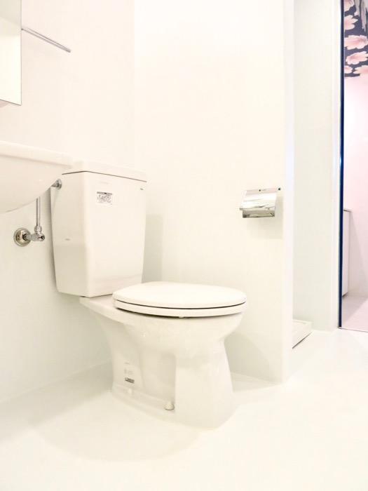 FLATS GAZERY  409号室。ホワイトで統一されたバスルーム。3