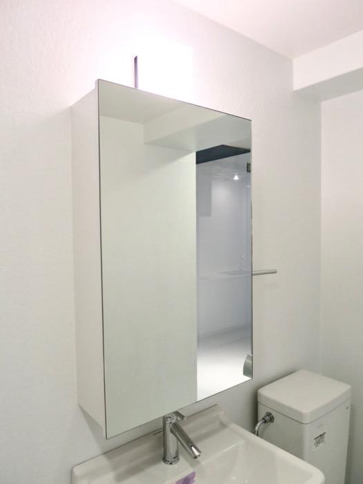 FLATS GAZERY  409号室。ホワイトで統一されたバスルーム。4