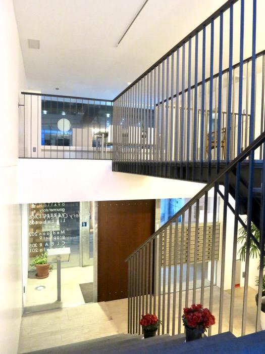 FLATS GAZERY 外観・共用 階段で1階エントランスへ。