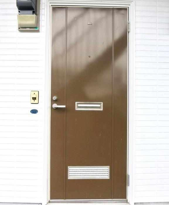 WING COURT 外観 チョコレートのパッケージのようなWING COURTの扉 103号室 2