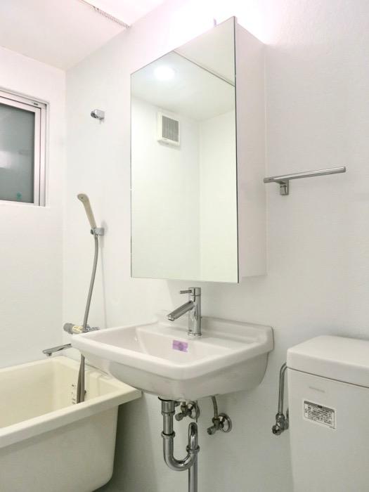 FLATS GAZERY  409号室。ホワイトで統一されたバスルーム。1