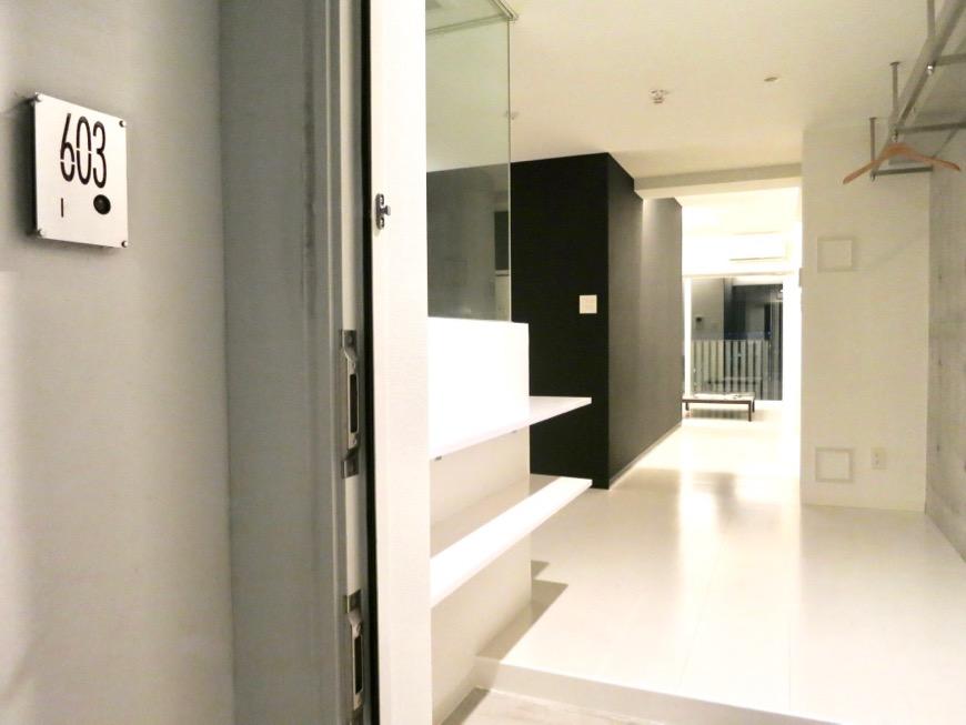 FLATS GAZERY 603号室 かっこいいサインプレートとモノトーンのお部屋。 どこを見ても美しい空間です。1