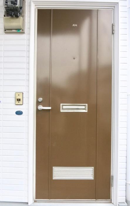 WING COURT 外観 チョコレートのパッケージのようなWING COURTの扉 108号室 7