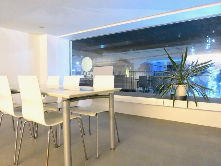 FLATS GAZERY 外観・共用 2階ラウンジスペース。クリエイティブな打ち合わせはこちらで。美しく秩序のある空間。9