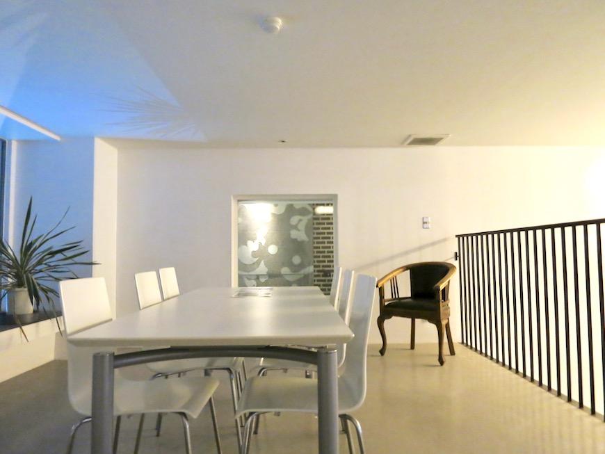 FLATS GAZERY 外観・共用 2階ラウンジ。クリエイティブな打ち合わせはこちらで。美しく秩序のある空間。10