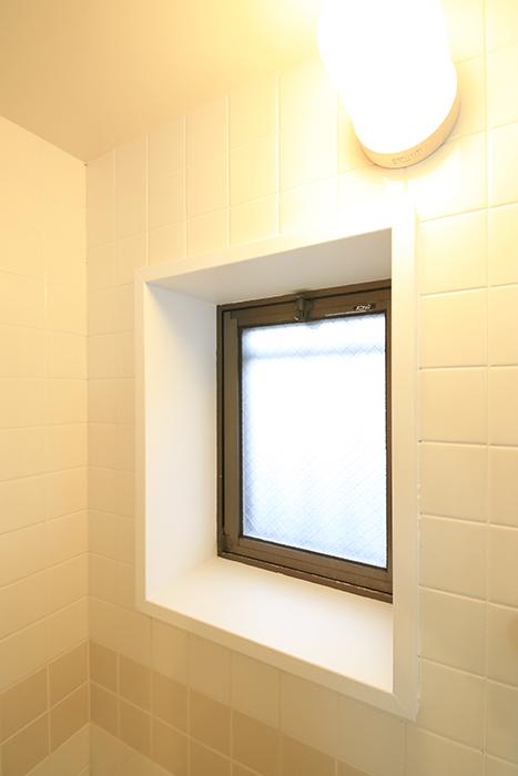 【TOMEI BASE】303号室_水周り_バスルームの窓_MG_1985