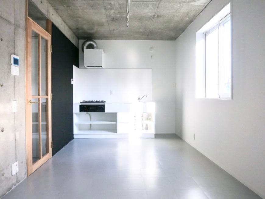 白壁ふたば荘 Dtype B type  木目と黒い壁とモノクロのキッチンが素敵。