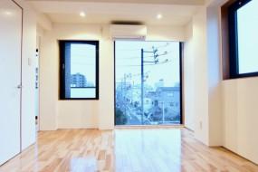 Room: N) AZUR JOSAI 4B  11帖のLDK 窓がたくさんあるお部屋。11