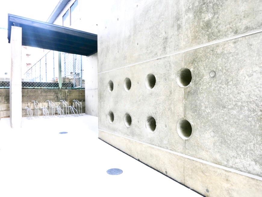 白壁ふたば荘 外観・共用 外側通路。コンクリートが造るモダンin「和」な空間。29 (1)