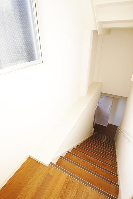 【ガレージハウスCUBE】B2_2階への階段_MG_0606