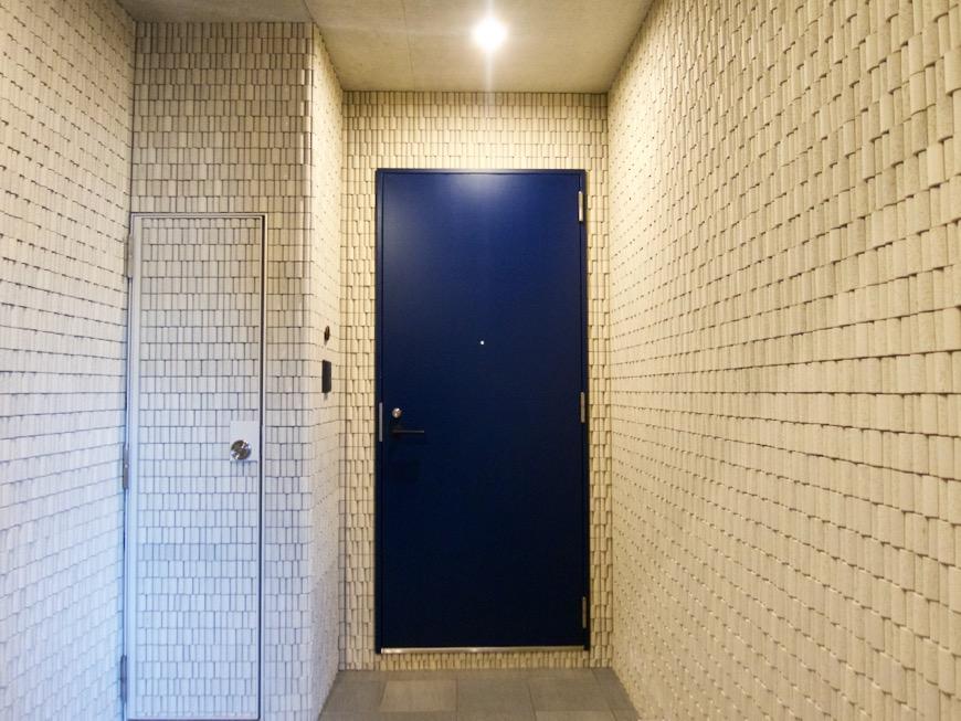 AZUR JOSAI 4B   外観・共用 青が美しい4階玄関。4階エントランス。1
