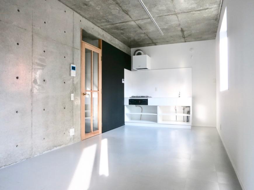 白壁ふたば荘 B,Dtype 木目扉と黒板塗装の黒壁がアクセント。