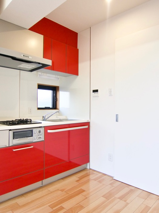 Room) AZUR JOSAI 4B  赤いキッチン台がお洒落なお部屋。19